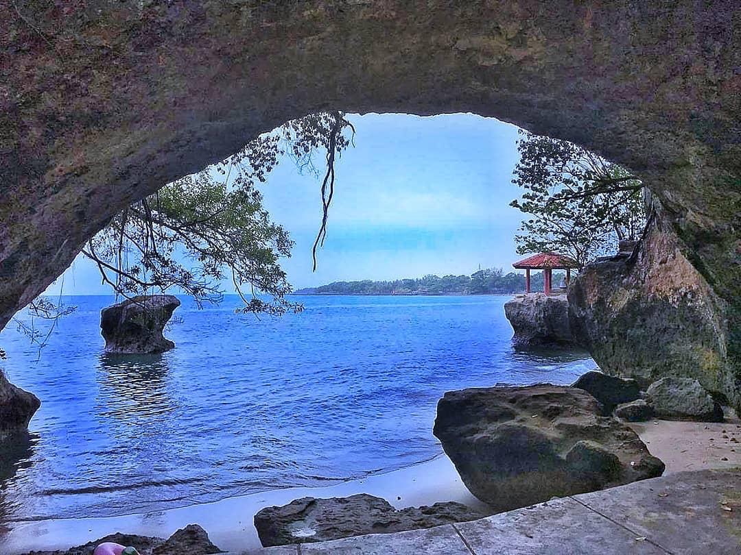 Goa Karang Bolong di Pantai Karang Bolong